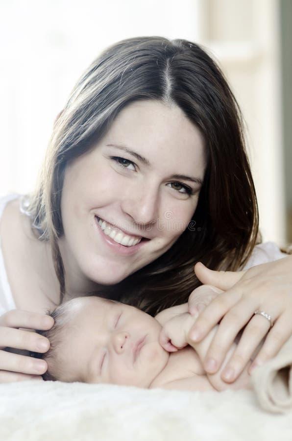 Gelukkige moeder en pasgeboren baby stock foto