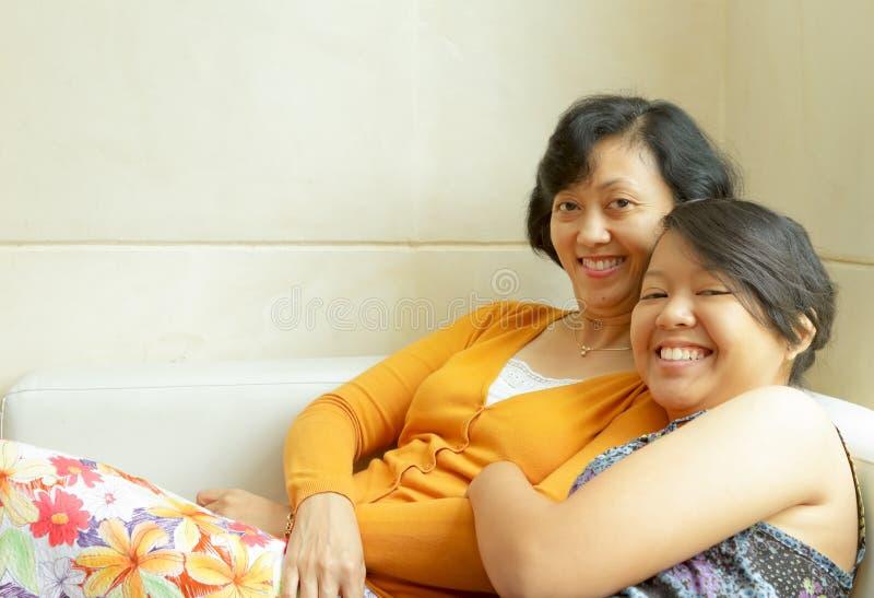 Gelukkige moeder en tienerdochter royalty-vrije stock foto