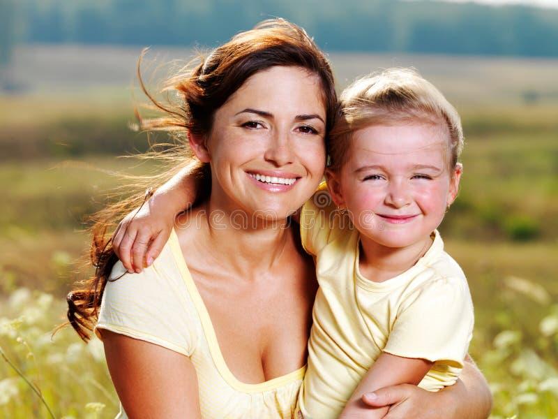 Gelukkige moeder en weinig dochter op aard royalty-vrije stock foto