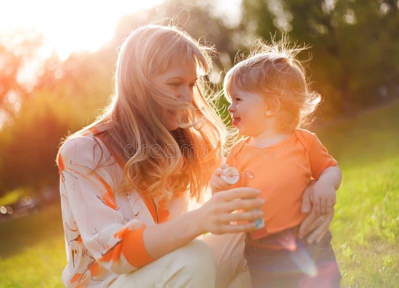 Gelukkige moeder en zoon stock foto's