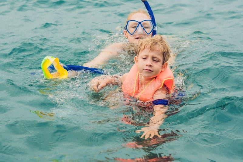 Gelukkige moeder en zoon die bij het schip snorkelen royalty-vrije stock afbeelding