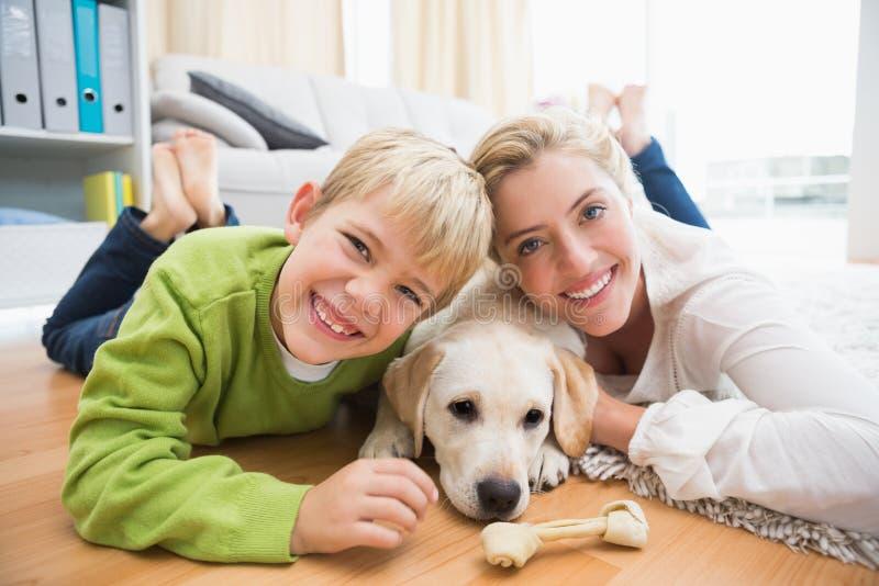 Gelukkige moeder en zoon met puppy royalty-vrije stock afbeeldingen