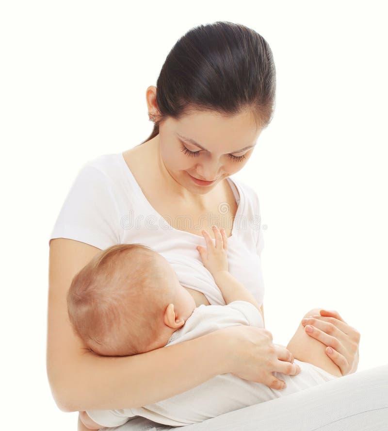 Gelukkige moeder het voeden borst haar baby over wit stock foto