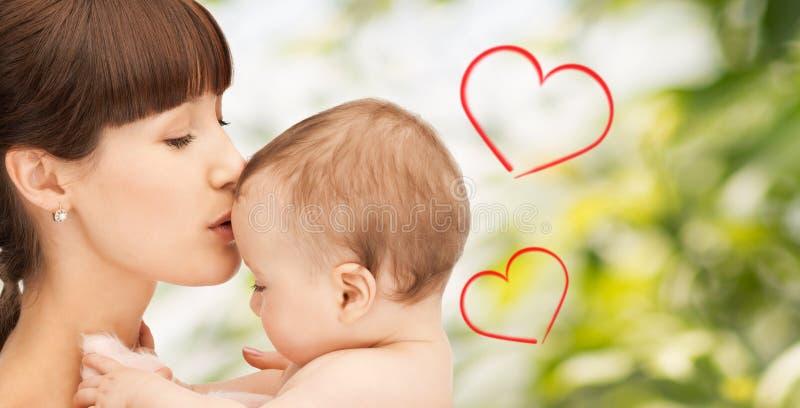 Gelukkige moeder met aanbiddelijke baby royalty-vrije stock afbeelding