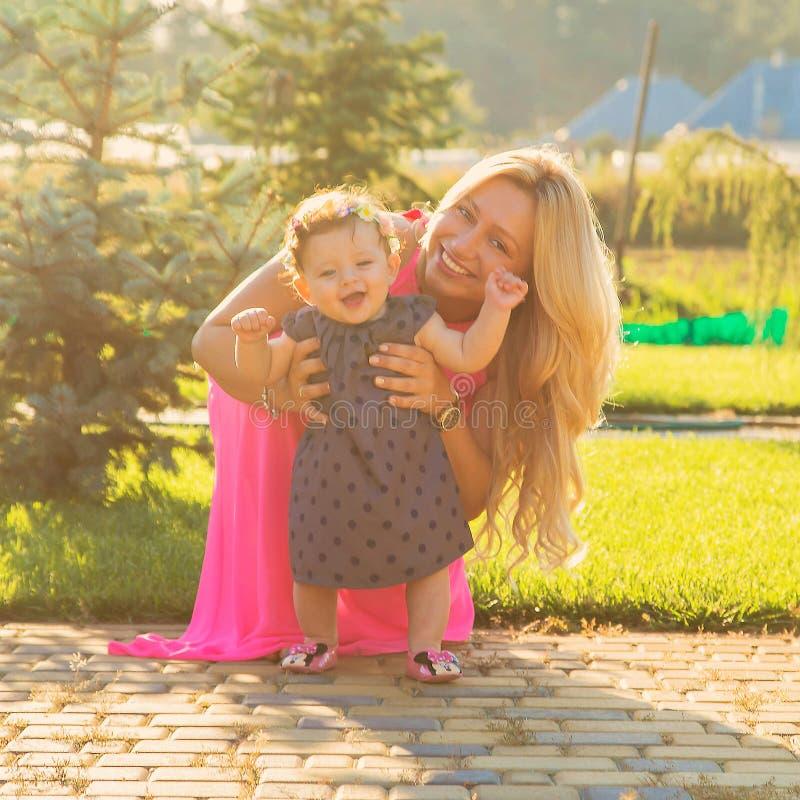 Gelukkige moeder met babydochter royalty-vrije stock fotografie