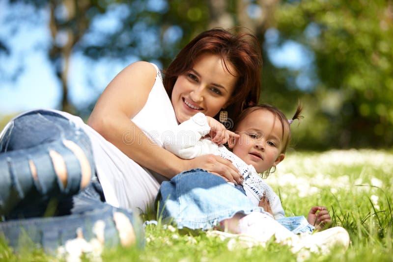 Gelukkige moeder met dochter royalty-vrije stock afbeeldingen