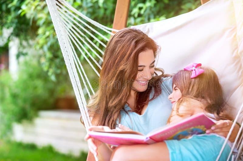 Gelukkige moeder met dochter royalty-vrije stock foto's