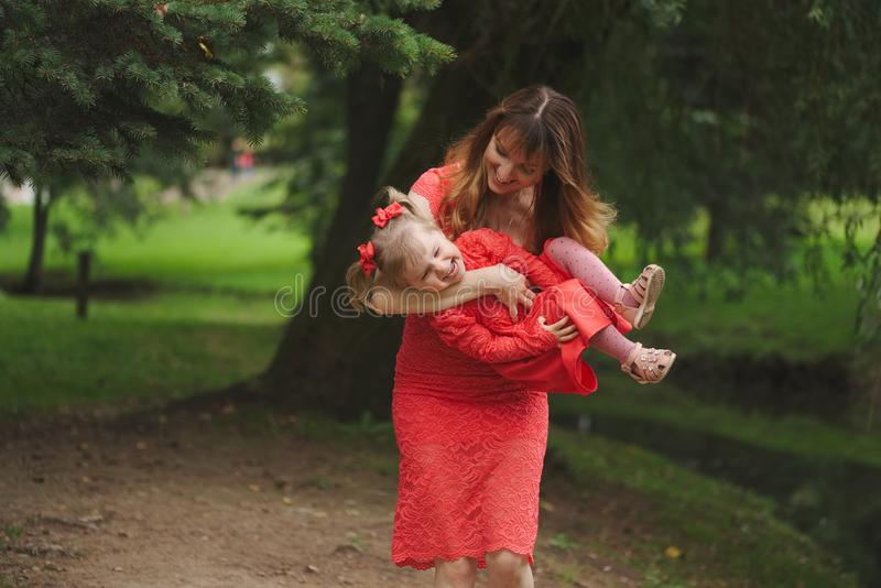 Gelukkige moeder met dochter in rode kleding royalty-vrije stock afbeeldingen