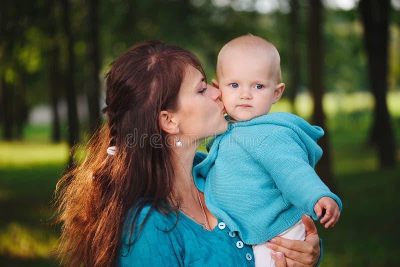 Gelukkige moeder met haar baby stock foto's
