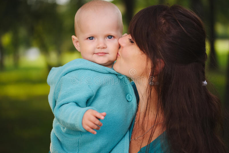 Gelukkige moeder met haar baby stock fotografie