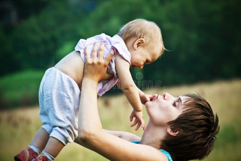 Gelukkige moeder met haar babydochter royalty-vrije stock afbeeldingen