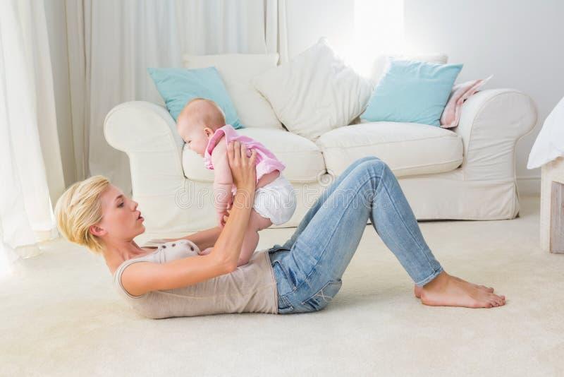Gelukkige moeder met haar babymeisje stock foto