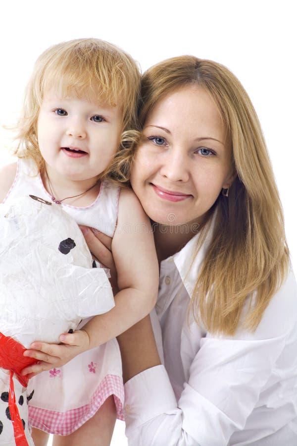 Gelukkige moeder met haar die dauther glimlacht royalty-vrije stock afbeelding