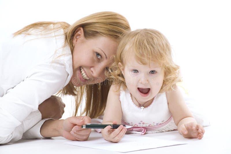 Gelukkige moeder met haar die dauther glimlacht stock fotografie