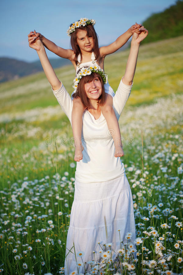 Gelukkige moeder met haar kind stock afbeeldingen