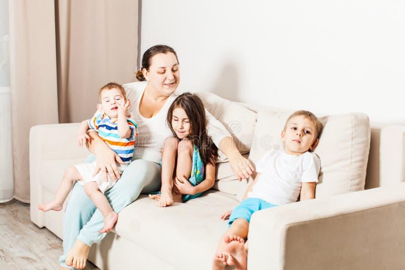 Gelukkige moeder met haar kleine kinderen thuis royalty-vrije stock foto's