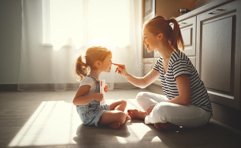 Gelukkige moeder` s dag! de kinddochter wenst haar moeder geluk en royalty-vrije stock afbeeldingen
