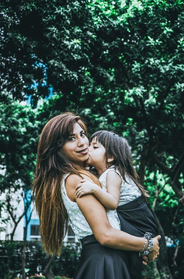 Gelukkige moeder`s dag De kinddochter wenst mamma's geluk royalty-vrije stock foto's