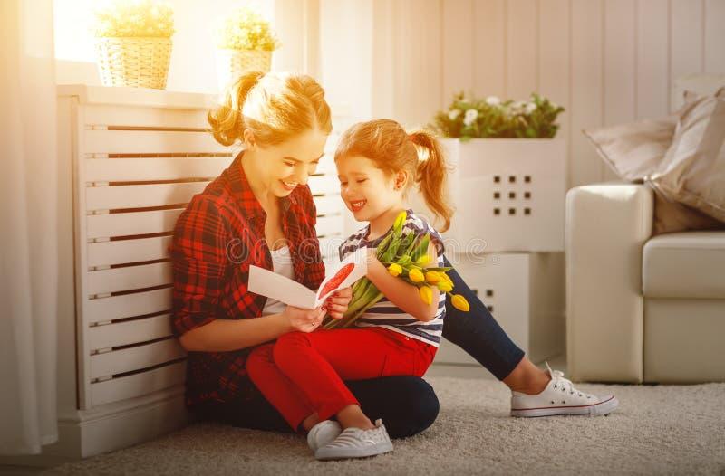 Gelukkige moeder` s dag! De kinddochter wenst mamma's geluk en geeft royalty-vrije stock afbeeldingen