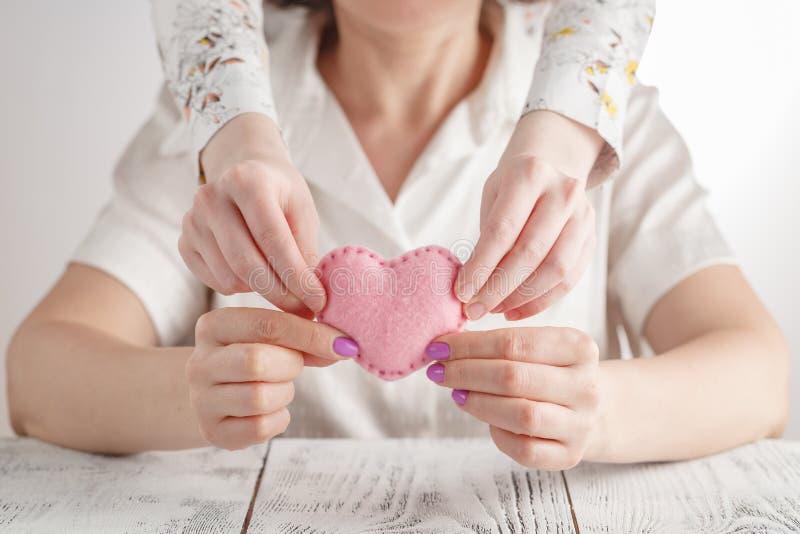 Gelukkige moeder` s dag! De kinddochter wenst mamma geluk en geeft haar hart royalty-vrije stock foto