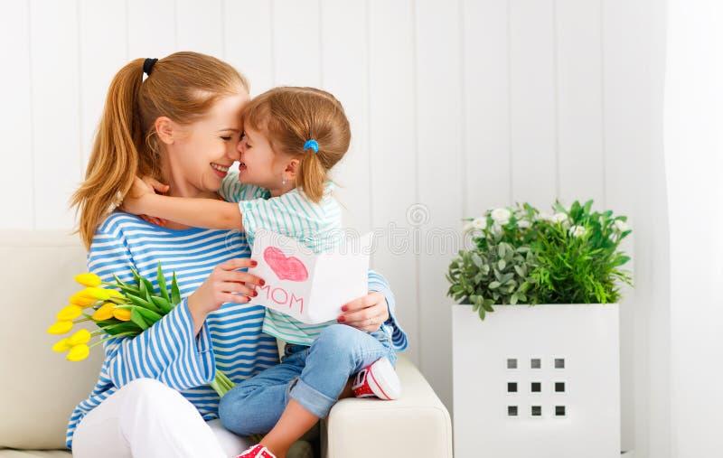 Gelukkige moeder` s dag! De kinddochter wenst mamma's geluk en geeft stock afbeeldingen