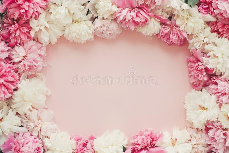 Gelukkige moeder`s dag De Dag van internationale Vrouwen het model van de groetkaart Het modieuze roze en witte pioenenkader op r stock foto