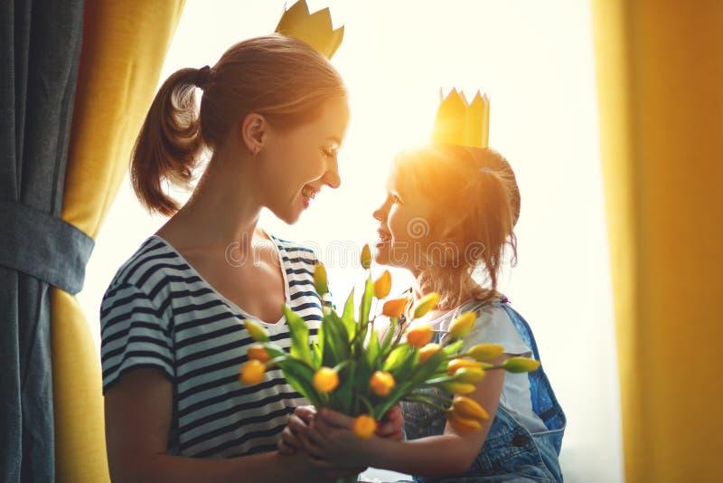 Gelukkige moeder` s dag! moeder en kinddochter in kronen en met stock afbeeldingen