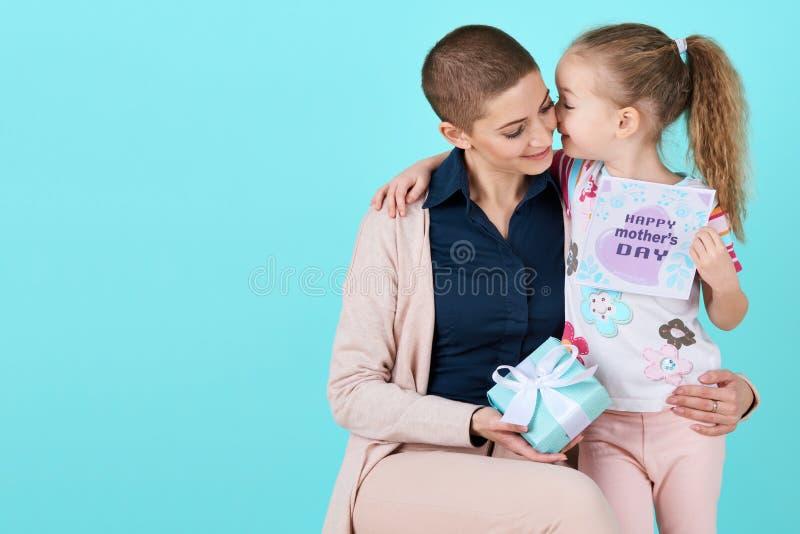 Gelukkige moeder`s dag Leuk meisje die de dagkaart van mammamoeders en een heden geven royalty-vrije stock afbeeldingen