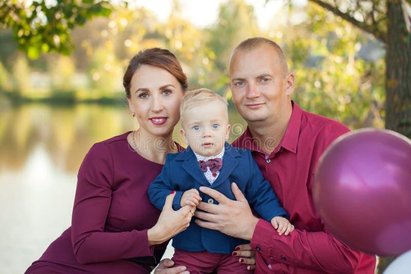 Gelukkige moeder, vader en zoon in het park Geluk in gezinsleven in de zomerdag royalty-vrije stock foto's