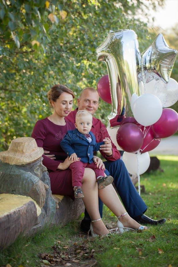 Gelukkige moeder, vader en zoon in het park Geluk in gezinsleven in de zomerdag stock fotografie