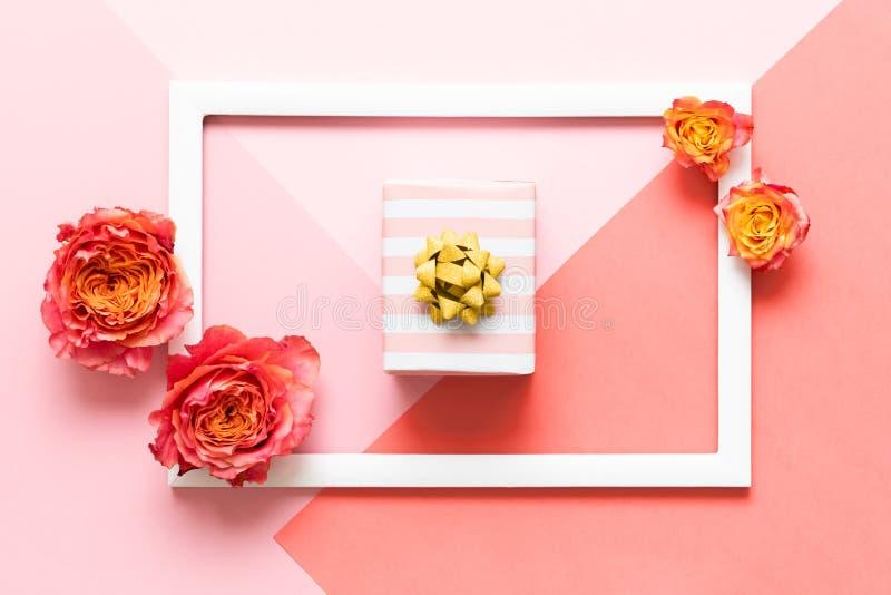 Gelukkige Moedersdag, de Dag van Vrouwen, Valentijnskaartendag of Verjaardags Roze Pastelkleur Gekleurde Achtergrond Vlak leg spo stock foto