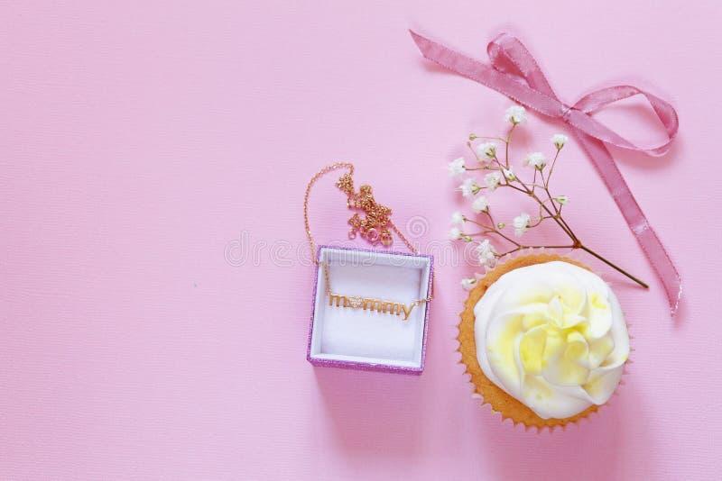 Gelukkige Moedersdag! Dessert cupcakes en gift stock afbeelding