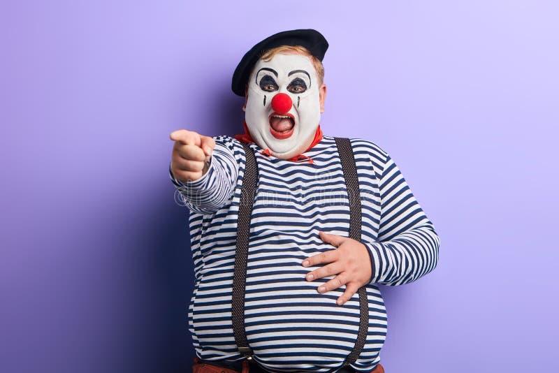 Gelukkige mollige vrolijke clown die op cameranad het lachen richten stock foto's