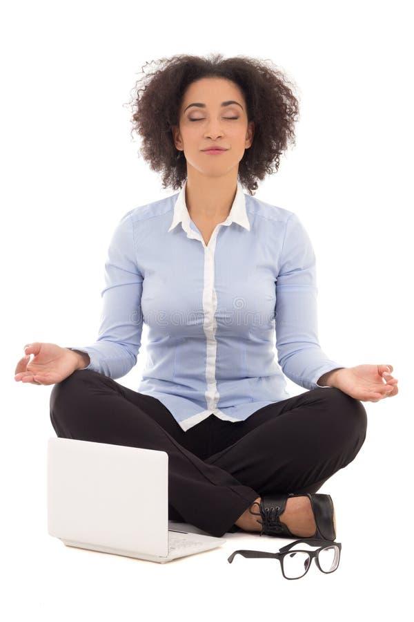Gelukkige mooie Afrikaanse Amerikaanse bedrijfsvrouwenzitting in yoga royalty-vrije stock foto
