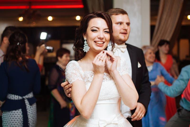 Gelukkige mooie bruid en haar bruidegom op huwelijkspartij stock foto's