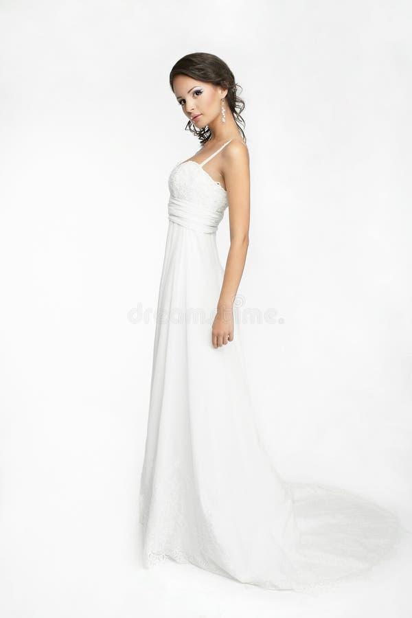 Gelukkige mooie bruid witte achtergrond op doek stock foto's