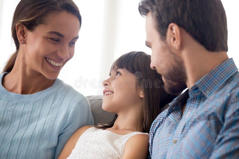 Gelukkige mooie diverse familie samen thuis royalty-vrije stock foto