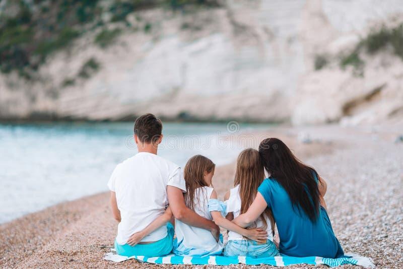 Gelukkige mooie familie met jonge geitjes op het strand royalty-vrije stock fotografie