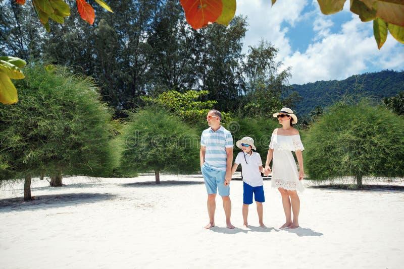 Gelukkige mooie familie op Malibu-strand tijdens de zomervakantie, Koh Phangan Island, Thailand, Azië stock afbeeldingen