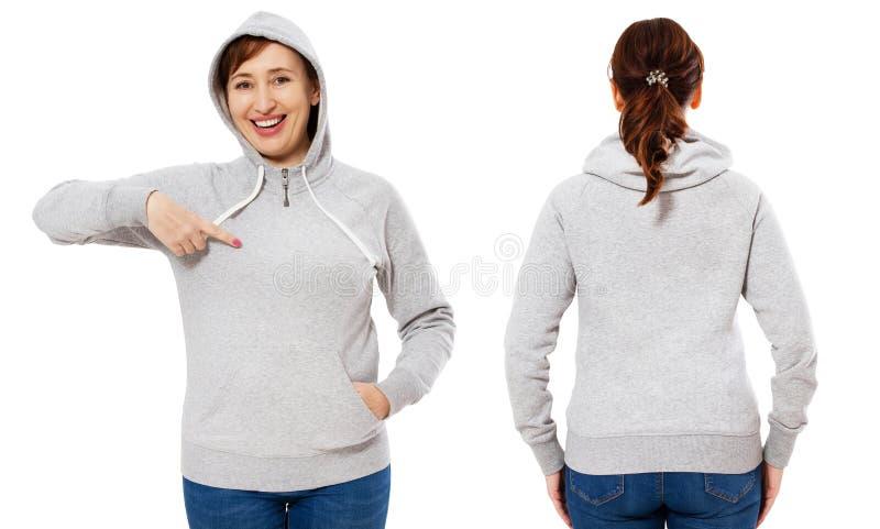 Gelukkige mooie gerichte modieuze middenleeftijdsvrouw in hoodie voor en achtermening, witte vrouw in sweatshirtmodel die op wit  stock afbeelding