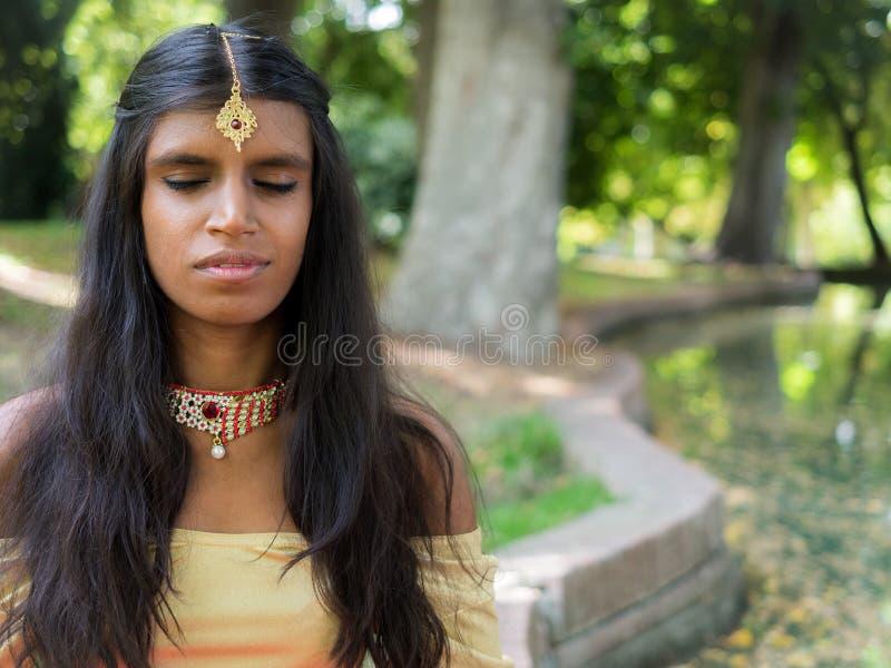 Gelukkige mooie jonge Indische vrouw het praktizeren meditatie in royalty-vrije stock afbeeldingen