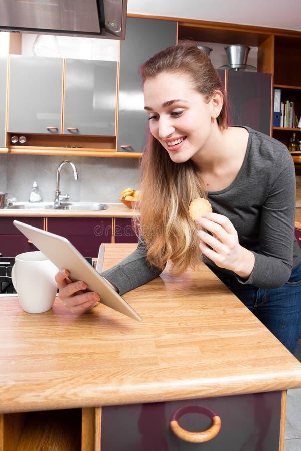 Gelukkige mooie jonge vrouw die haar verrassende berichten thuis controleren royalty-vrije stock foto