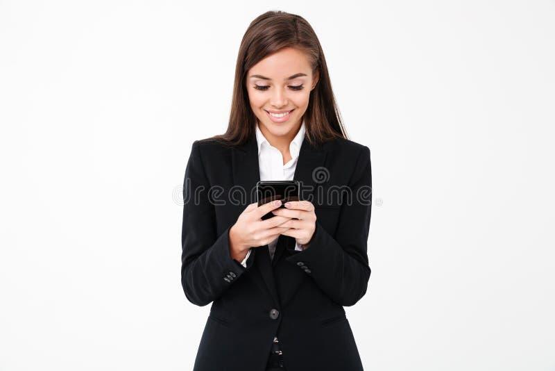 Gelukkige mooie onderneemster die telefonisch babbelen stock afbeelding