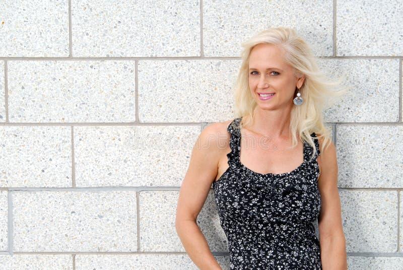 Gelukkige mooie rijpe blonde vrouw royalty-vrije stock fotografie