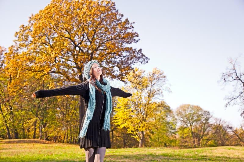 Gelukkige mooie vrouw bij het de herfstpark. royalty-vrije stock foto's