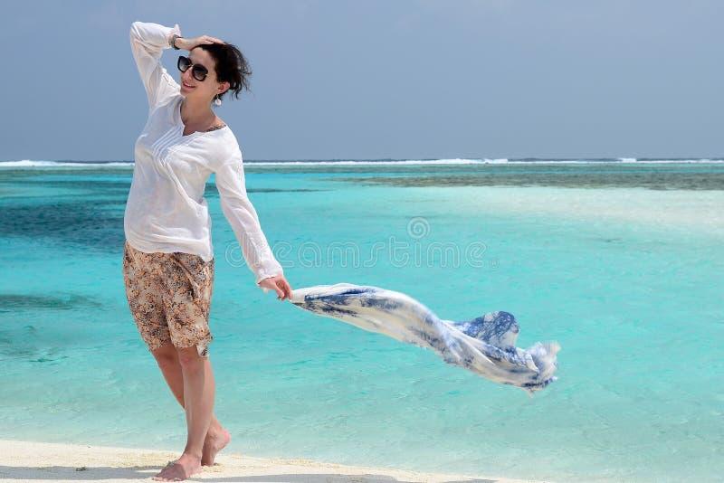 Gelukkige mooie vrouw die bij het strand met wit zand lopen royalty-vrije stock foto's