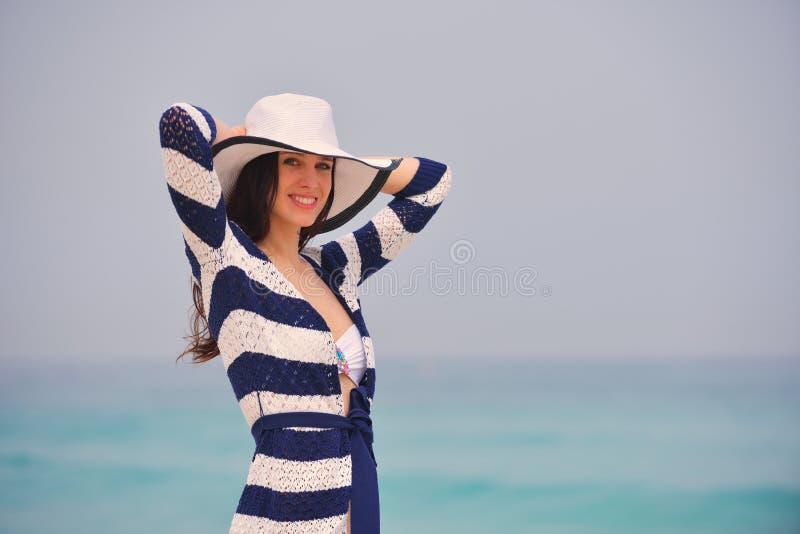 Gelukkige Mooie Vrouw die de Zomer van Vakantie genieten royalty-vrije stock foto