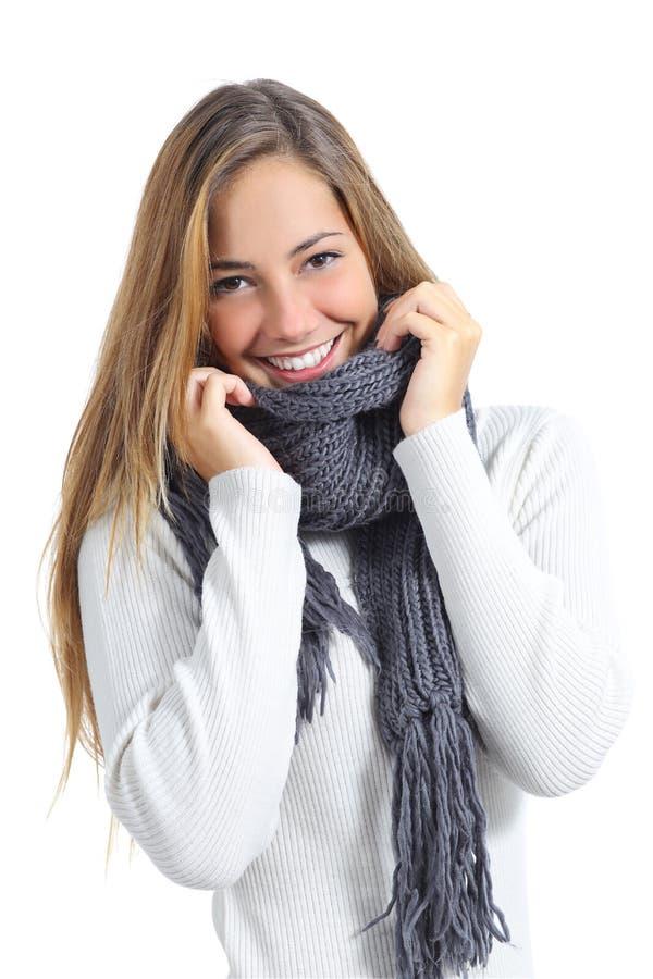 Gelukkige mooie vrouw die in een sweater in de koude winter warm houden stock foto's