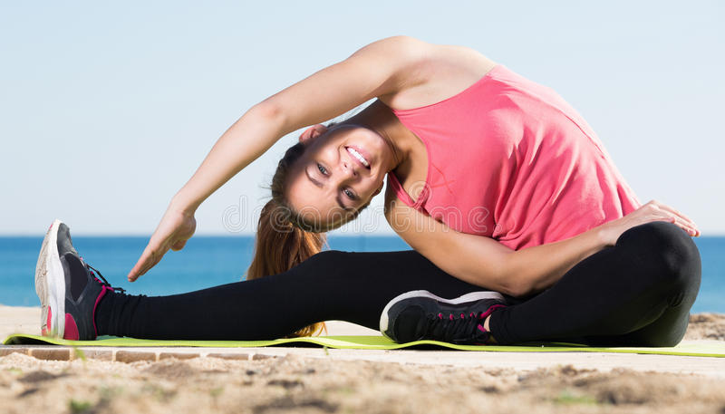 Gelukkige mooie vrouw die gymnastiek- actie uitoefenen royalty-vrije stock afbeeldingen