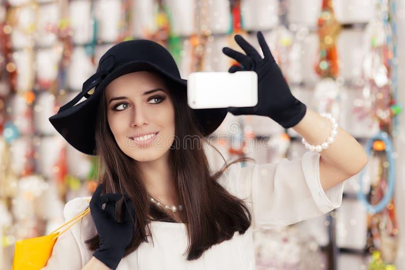 Gelukkige Mooie Vrouw die Nemend een Selfie winkelen royalty-vrije stock afbeelding